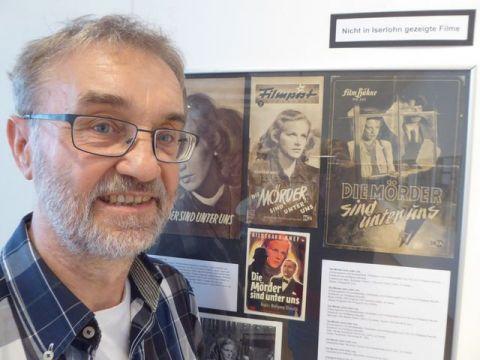 Dr. Walter Wehner beim Aufbau der Ausstellung