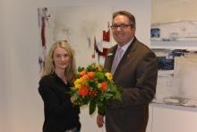 Die Künstlerin Tanja Geißler mit dem Leiter Privatkunden Jörg Richter bei der Eröffnung in der Sparkasse in Letmathe