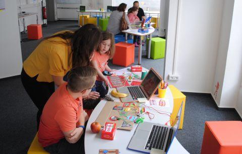 Eltern und Kinder lernen bei uns gemeinsam digitale Werkzeuge kennen