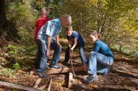 Kinder basteln mit Naturprodukten im Wald